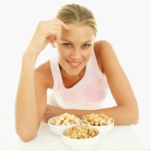Почему беременным полезно есть орехи
