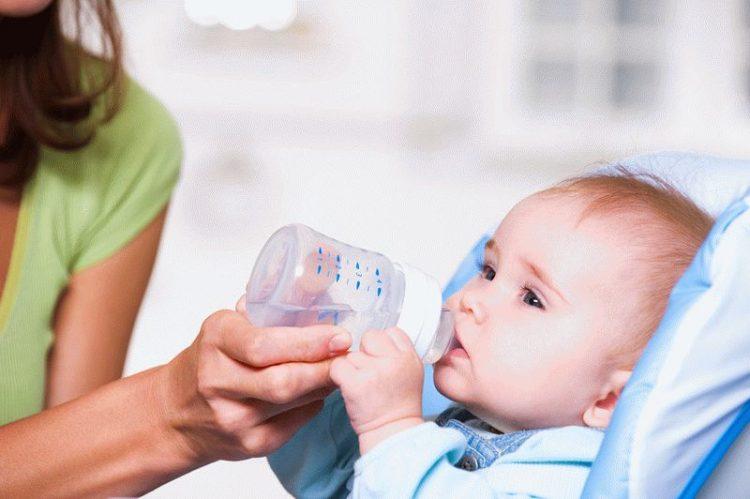 Как и когда поить новорожденных? Когда и какую воду можно давать новорожденному? Сколько воды давать новорожденному?